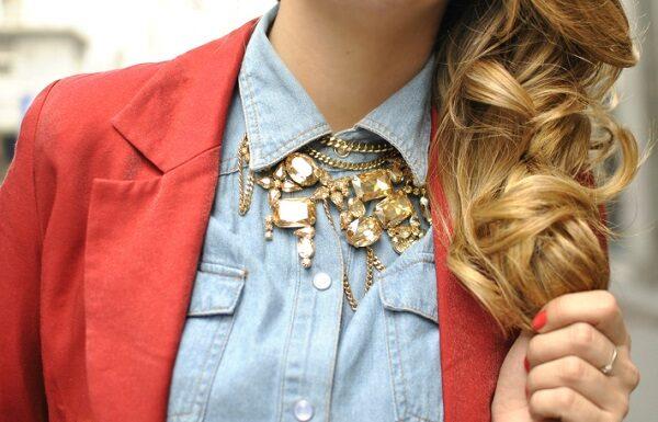 Cum purtam bijuteriile masive: combinam stilul casual si colierele mari